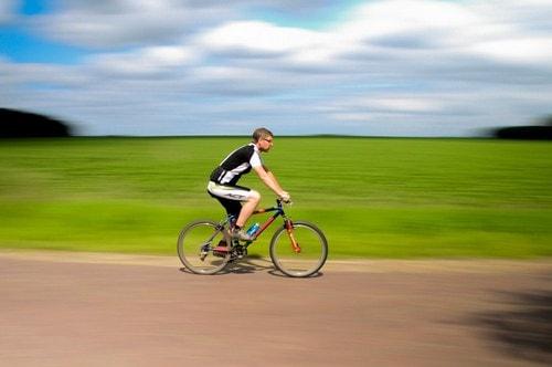 Человек на велосипеде. Спорт спасает от рака